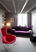 Moderner Wohnraum mit Sessel und Sofa im Designerstil und ausgefallener Deckenarchitektur