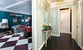 Flur und Wohnzimmer im Stil- und Mustermix mit Rautenboden und Jugendstiltapete