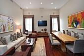 Abstrakte Malerei im modernen Wohn- und Esszimmer mit rötlichem Dielenboden