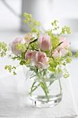 Rosen-Holunderblüten-Sträusschen im Wasserglas