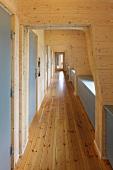 A hallway completely paneled in wood in a Norwegian hotel (Berghütte Preikestolen)