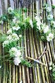 Kranz aus Nigella, Wiesenkerbel, Leimkraut und kleinblütigen zartrosa Nelken binden