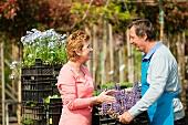 Ältere Dame kauft Pflanzen in einem Gartencenter