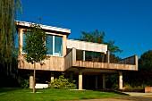 Zeitgenössisches Holzhaus mit großen Glasfronten