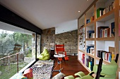 Ruhige Bibliothek mit großer Glasfront und offenem Blick in den Garten