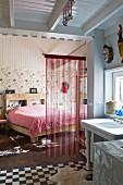 Schlafzimmer mit transparentem Streifenvorhang und Bad Ensuite in renoviertem Landhaus