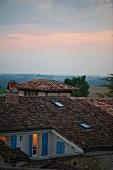 Abendlicher Blick über die Dächer eines kleinen französischen Dorfes im Gers