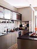 Moderne Küche mit Retro Flair - Mittelblock vor Küchenzeile