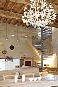Loftartiger Turmraum mit Balkendecke & Industrietreppe im Château Maignaut (Pyrenäen, Frankreich)