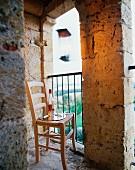Stuhl mit Tablett im offenen Turmbereich des Chateau Maignaut (Pyrenäen, Frankreich)