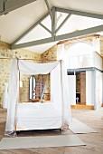 Schlafraum mit Himmelbett auf Rollen & Badbox im Château Maignaut (Pyrenäen, Frankreich)