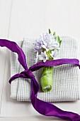 Stoffserviette mit Hyazinthe und lila Schleife