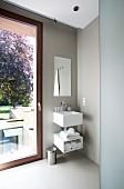 Hellgrau getöntes Designer Badezimmer mit Waschtisch neben Fenstertür
