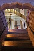 Treppe zu einer Glastür des Hotels Raas Haveli, Jodhpur, Indien