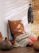 Zimmer im Afrika-Stil mit Sitzkissen und Bodenvasen