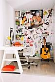 Pinnwand mit vielen Fotos in kleinem Arbeitszimmer