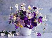 Blumenstrauss für Frühling und Frühsommer mit Stiefmütterchen und Hornveilchen