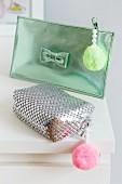 Kosmetiktäschchen verziert mit Perlen & Pompons