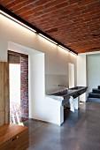 Offener Waschbereich mit trogartigem Waschbecken an Wand im Vorraum mit Durchgängen