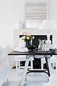 Möblierung in Schwarz Weiß - Tablett mit Erfrischungsgetränk und Tischlampe mit weißem Schirm auf dunkler Tischplatte