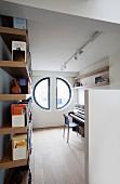 Zwei Halbkreisfenster in Studierzimmer mit Bücherregal und Klavier