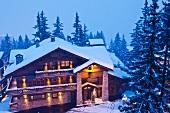 Berghotel in Winterlandschaft mit Abendstimmung