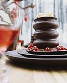 Baumkuchen mit Johannisbeerrrispen auf Schalenset aus dunkelbrauner Keramik