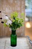 Blumensträusschen in grüner Flasche