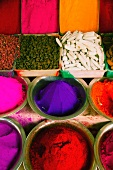 Gewürze und Farben auf einem indischen Markt