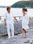 Verliebtes, junges Paar am Strand
