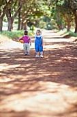 Zwei Kinder spielen auf der Strasse