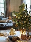 Dekorierter Weihnachtsbaum und Geschenke auf Boden vor Sitzbank mit Metallgestell in ländlichem Wohnzimmer
