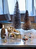 Weihnachtsdeko zum Aufhängen und vergoldeter Miniatur Chaiselongue vor Deko Tannenbäumchen