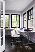 Moderne Arbeitsecke in Zimmerecke mit schwarzen Sprossenfenstern in traditionellem Stil