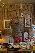 Mann nagelt Bilderrahmen an die Wand
