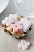 Kleine Backform als Zuckerschale mit Zucker in Blütenform