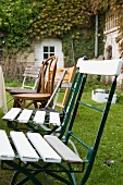 Alte Gartenstuühle am Tisch