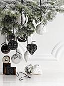 Weihnachtsbaum mit schwarzweissem Baumschmuck