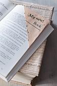 Lesezeichen & Buchumschlag aus Zeitungspapier gebastelt