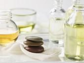 Gestapelte Warmsteine und verschiedene ätherische Öle