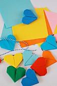 Bunte Origami-Herzen