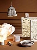 Holzrahmen mit kunstvollen 3-D-Mustern, Lampen und Gefässe aus künstlerisch verarbeitetem Papieren