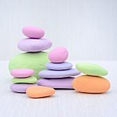 Pastellfarben bemalte Steine, gestapelt