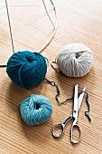 Coloured woollen yarns and scissors
