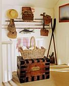 Holztruhe, Korb mit Muscheln, Angelruten & Angelausrüstung auf Flur