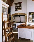 Landhausküche mit hohen Wänden, Kücheninsel & Herd in gefliester Wandnische