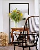 Wohnraum mit Windsorstuhl, Bodenspiegel & Blumenstrauss auf Konsolentischchen