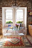 Essplatz in Landhausküche mit kontrastierenden, modernen Designermöbeln aus Stahl, Glas und Plexi