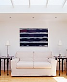 Couch mit zwei Beistelltischchen, Tischleuchten, Wandbild & Deckenfenstern