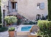 Französisches Landhaus mit Pool im mediterran bepflanzten Innenhof